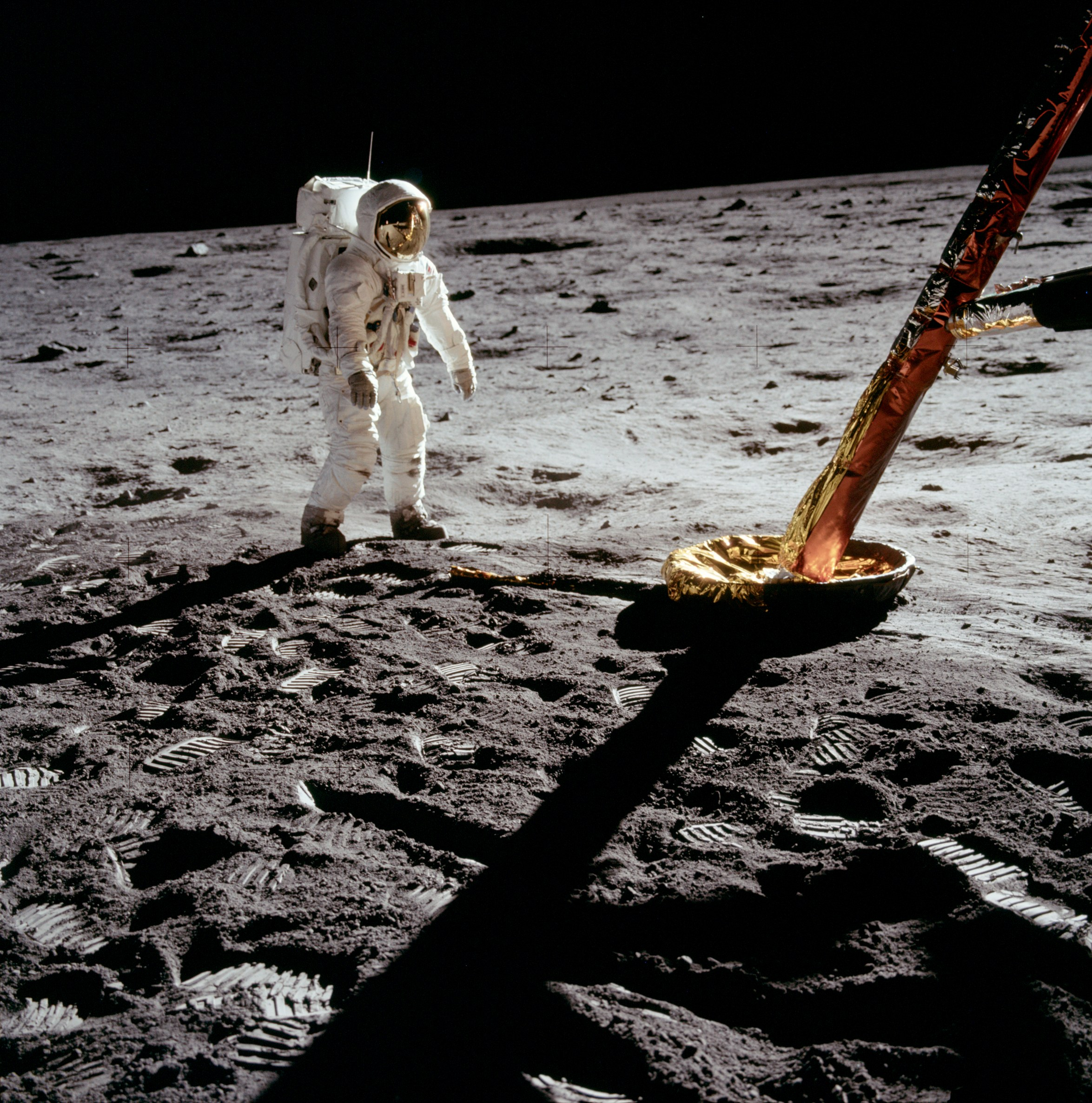 the moon - Why didn't the Apollo 11 lander blow the dust away? (or